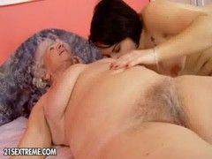 Neta chupando buceta cabeluda da sua vovó