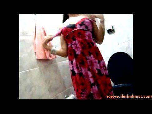 Moreninha ficando peladinha no banheiro