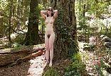 Vagabunda se masturbando com muito tesão no mato