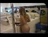 Loirinha se exibindo na lavanderia pro seu namorado