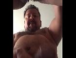 Ursão comendo a buceta peluda da esposa em pé