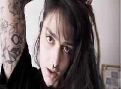 Ninfeta tatuada fazendo anal e tomando gozada no cu