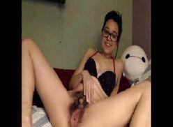 Novinha nerd mostrando a buceta cabeluda na webcam